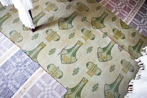 I flera rum finns gamla fina linoleummattor bevarade. Den här finns i kammaren innanför köket.