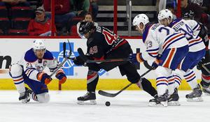 Victor Rask snurrar upp tre Edmonton-spelare i 7–3-segern i söndags.