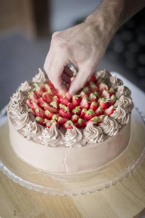 Nutellatårtan toppar Linus Larsson med färska bär, gärna med det gröna kvar för en extra färgklick, men den kan också lämnas slät.