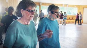 Seniordansare träffades under Dansstuga i Bergvik. Karl Brodin, PRO Faxe, kom med instruktioner i mikrofon.