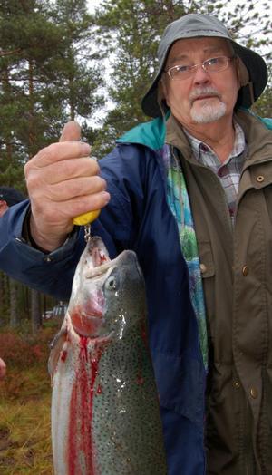 Rolf Brus konstaterar att fisken väger 2,16 kilo.