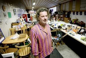 PRYLIGT. Möbler, köksgeråd och en hel del musiktillbehör från tiden då Claes sålde gitarrprylar, står nu prissatt och väntar på att säljas.