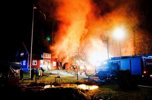En brand i en uthuslänga ihopbyggt med ett bostadshus på en gård i Tuna Hästberg eldhärjades svårt vid en kraftig brand den 24 november. Ett tag såg det ut som att lågorna skulle få fäste och sprida sig till huset. Brandmännen lyckades dock slå ned lågorna och rädda huset – som fick omfattande rökskador.