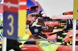 Fredrik Lindström på skjutvallen vid världscupentävling i skidskytte mixad stafett 2x6km+2x7,5km på skidstadion i Östersund.