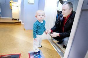 """Milian Wester-Lindskog, 15 månader, har precis gjort sin första dag """"riktiga"""" dag på förskolan. De första tre inskolningsdagarna var pappa Jörgen Lindskog med sonen på Häcklinge förskola."""