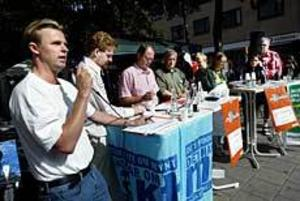 Foto: LEIF JÄDERBERG Hasse Backman, fp, var med i den hetsiga debatten tillsammans med Mats Ågren, s och andra lokala politiker.