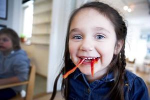 Tilde Almqvist tycker bäst om korv, men här har hon paprika-tänder.