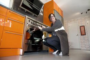 Anna Lundberg älskar sitt blanka, orangea kök som maken Petter skapat.