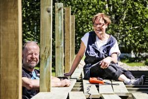 Olov Ahlgren och sambon Carina Johansson passade på att bygga en altan när huset fick ny grund.