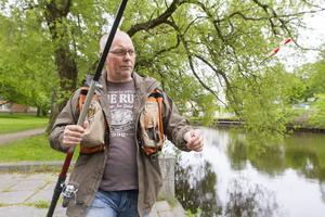 Lennart Rudbo fiskade snabbt upp två fiskar ur Selångersån. Ett metspö med rulle är bra att ha.