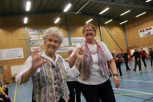 Anna Persson 86 år från Gnarp tog en sväng om med Karin Jonsson. – Det här är det bästa som finns man blir frisk av att dansa säger, Anna Persson.