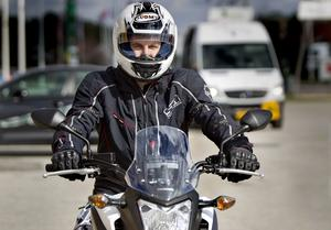 Magnus Larsson körde lite för fort i en kurva med skymd sikt och krockade med en bil. Han klarade sig med ett brutet ben men för många andra motorcyklister slutar det mindre lyckligt. April är den månad då flest singelolyckor inträffar.
