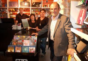 Kjell Hansson Talu i fotobutiken tillsammans med Olle Montén och Kjells döttrar Gunilla och Annika Hansson Talu.