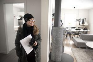 Pernilla Thårlin letar ny bostad sedan omkring ett år och säger att det brukar vara mer folk på visningar kring vår och sommar.