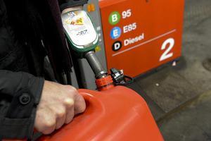 Den misstänkte hade med sig en bensindunk och stal bensin från bilar från Gådeåvägen.