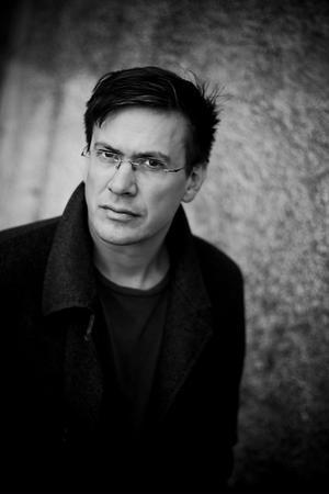 Ola Nilsson ger nu ut den tredje delen i en löst sammansatt serie om en norrländsk by.
