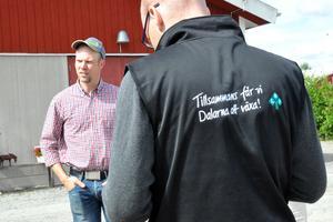 Mjölkbonden Joakim Borgs från Gustafs (till vänster). I förgrunden: Martin Moraeus, ordförande för LRF Dalarna, som har landets nöjdaste medlemmar.