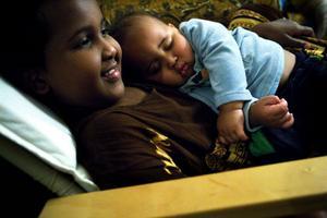 Sadio, nio år, är stolt storasyster till Ali, nio månader.