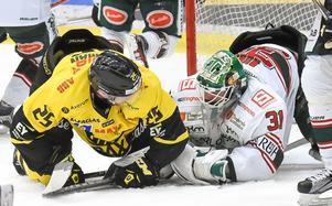 Marcus Bergman och hans VIK Hockey hade stora problem att få hål på Tingsryds Niklas Rubin.