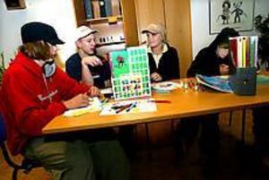 Foto: ANNAKARIN BJÖRNSTRÖM Blivande konstnärer. Tobias Råbom, Niklas Löv, Matilda Sjöberg och Henrik Viiri har valt att måla i dag då de besöker ungdomsgården.