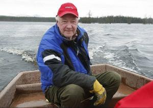 """""""Personligen förlorar jag minst 20 000 kronor på förstört lösöre"""", säger Jan Olenäs när han inspekterar sina byggnader från sjösidan."""
