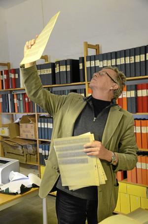 ÖK-fotograf. Roger Lundberg spanar på negativ.BILD: ANDERS ERKMAN