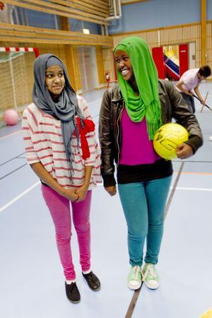 Mona Abdulla och Marian Abdulgadir gillar båda fotboll och brukar komma hit och spela.