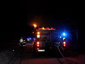 Brandkåren i Mora larmades till en brand på Domherrevägen vid 02:30-tiden, natten till fredagen. FOTO: MORA BRANDKÅR