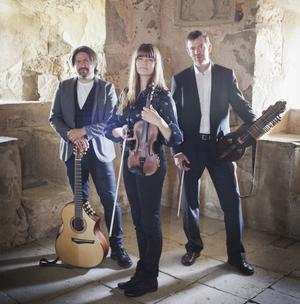 Daniel Ek, Emma Ahlberg och Niklas Roswall spelar folk- och barockmusik på skivan Näktergalen.