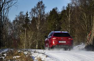 Det stundande påskvädret gör att både meteorologer och polis uppmanar bilister att ha, eller behålla, vinterdäcken på.