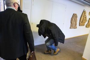 17-åringen på väg in till rättegången vid Ångermanlands tingsrätt.