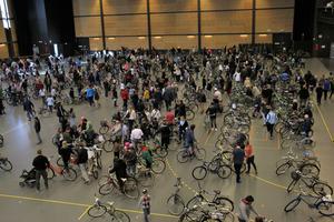 Ett myller av människor - när 600 cyklar skulle byta ägare på Conventum.
