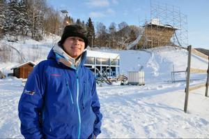 Österrikaren Dominik Schennach åker runt och bygger ice cross-banor för Red Bull hela tiden. Just nu är han i Åre för att bygga kylsystemet och lägga is men kylan sätter käppar i hjulen.