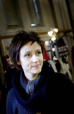 """UPPSKATTAR HANTVERK. Anna Karin Lundberg besökte slöjdmässan i stora gasklockan på Brynäs på fredagen. """"Det är kul med inspiration, för jag är hantverkare själv och gynnar gärna de som håller på. Jag vet hur mycket som ligger bakom"""", säger hon."""