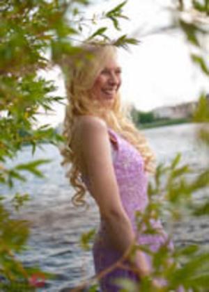 Olivia berättar: Evelina Persson. Bilden är tagen vid Scandic. Jag fotograferade Evelinas bal, och efteråt så gick vi ner vid vattnet och fotograferade några porträtt.