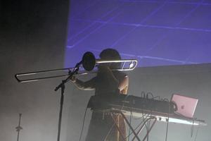 :MAG(aka Magdalena Ågren) gör live sampling med hjälp av trombon, trummaskin, megafon, sång, fältinspelningar och noise.
