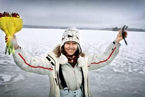 Senaste mästaren. Petra Söderström signalerar glatt när hon blev kommunmästare i pimpelfiske 2009.