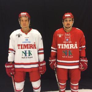 Didrik Strömberg och Jens Westin visar upp årets matchställ för Timrå IK.