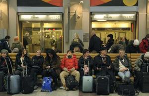 Väntans tider. Bilden är tagen på Centralstationen i Stockholm under söndagen. Passagerare väntar på besked om tågen norrut, västerut och söderut från Stockholm. FOTO: LEIF R JANSSON/SCANPIX