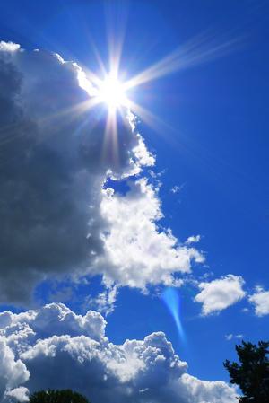 Efter regn kommer solsken! Det är ett gammalt talesätt som gäller i högsta grad denna sommar. Många regnskurar har vi haft, men solen kommer fram strax därefter. Denna bild visar solens magiska strålar just när regnmolnet viker undan.