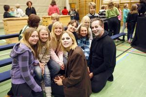 Dotter och far som ingår i Teater Allena, Maja Wreiding och Lasse Åkerlund, båda bosatta i Karlskrona, men med ett förflutet i Järvsö, gästspelade på