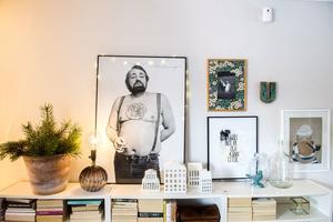 Jennie gillar att sätta upp tavlor och fotografier på väggarna. På skåp och fönsterbrädor ställer hon gärna gamla och nya prydnadssaker.