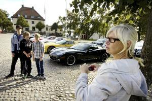 En bild för albumet. Anna Häger passade på att ta en bild på Andreas, Daniel och Sebastian Häger på Rådhustorget och fick samtidigt en bakgrund som passade till killarnas bilintresse.