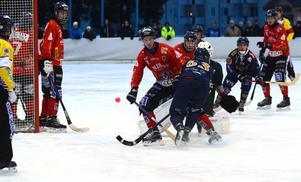 Unik-försvaret stoppar Pekka Rintalas attack.