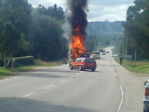 Det blev kraftiga eldslågor från den brinnande lastbilen men räddningstjänsten kunde snabbt få kontroll på branden.
