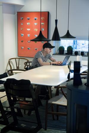 Köksbordet hade de i lägenheten i Shanghai. Tripp-trapp-stolarna och Y-stolarna är köpta i Kina.  Hasse Fogelberg arbetar hemifrån någon dag i veckan.