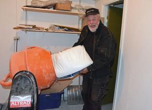Folkparkschefen Dan Ingvarsson i Malung fyller betongblandaren med ingredienser för att koka ihop det danselixiret Glattti
