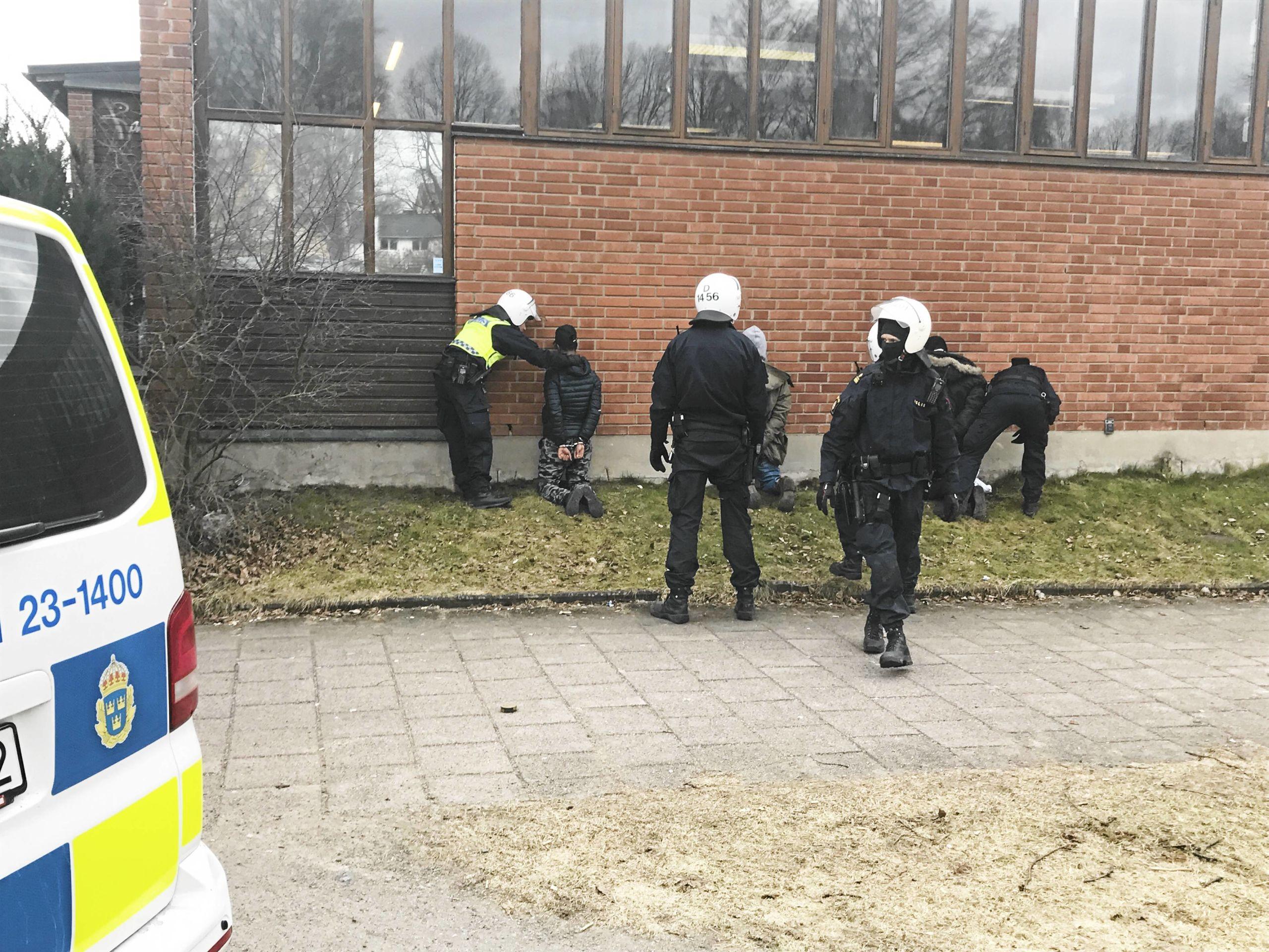 Elva anhallna efter upplopp pa skola