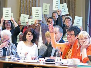 Tyst protest. Under debatten höll åhörarna upp lappar med texten