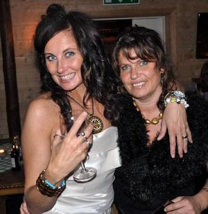Glitter & Glamour. Ingela Adebåge-Frimert och Carola Engström, Stugun, i sina essen på företagarfesten